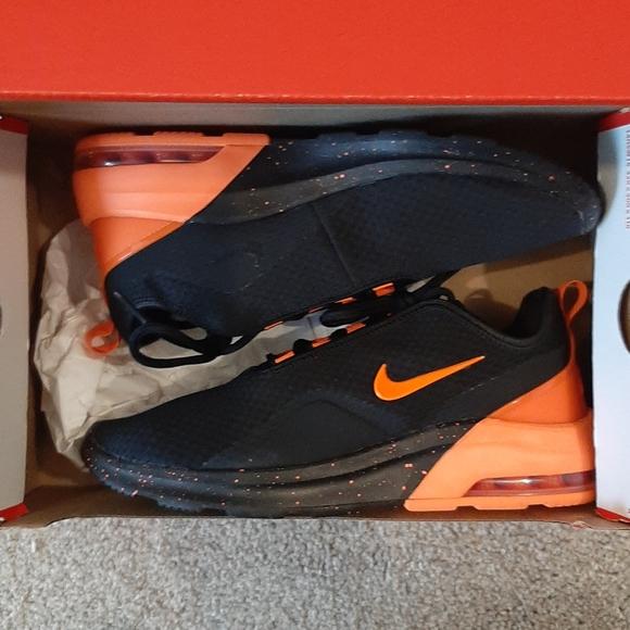 NWOT Nike Air max motion 2